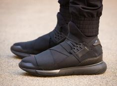 Yohji Yamamoto's adidas sneakers have gained a lot of fans over the past year. His most popular model is without a doubt the Qasa sneakers. Sneakers Mode, Sneakers Fashion, All Black Sneakers, High Top Sneakers, Gold Sneakers, Adidas Fashion, Black Shoes, Me Too Shoes, Men's Shoes