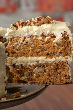 This vegan gluten free carrot cake is so good no one will ever guess that it's either vegan or gluten-free! It's perfectly moist and packed with flavor. Gluten Free Carrot Cake, Vegan Carrot Cakes, Gluten Free Flour, Gluten Free Desserts, Vegan Gluten Free, Sin Gluten, Vegan Buttercream, Cake Recipes, Dessert Recipes