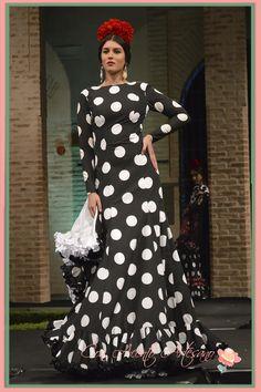 Vestido de flamenca de lunares de Slava Salsa, Muslim Fashion, Polka Dots, Fashion Dresses, Outfits, My Style, Skirts, Portraits, Woman