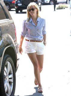No matter what Reese Witherspoon wears, she always looks AMAZING! Love her style. Short Outfits, Summer Outfits, Casual Outfits, Cute Outfits, Galactik Football, Reese Witherspoon Style, Look Con Short, Moda Chic, Celebrity Look