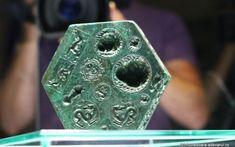 Enigmele matriţei din Sarmizegetusa Regia: de unde provin lupii înaripaţi şi ce simbolizează fioroşii grifoni, ilustraţi pe artefactul antic, unic în lume