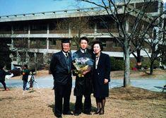 입학 9년 만인 1989년 서울대 의대 졸업식날 부모님과 함께 선 이왕준 명지병원 이사장. 이왕준 제공 History, Historia