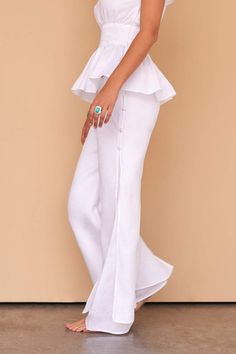 This one-piece wonder is our double layered white linen, wide-leg pant, and a design talking point like no other. Fácil Blanco is proudly designed and tailored in Dubai from Italian linen. Linen Trousers, Linen Skirt, Linen Tunic, White Kaftan, White Linen Dresses, Caftan Dress, White Fashion, Wide Leg Pants, Ideias Fashion