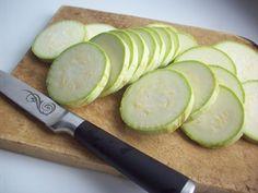 Dovlecei cu sos picant la borcan - pregătiți-vă cămara cu gustări delicioase! - Bucatarul.tv Cucumber, Vegetables, Food, Essen, Vegetable Recipes, Meals, Yemek, Zucchini, Veggies