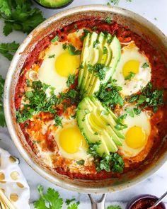 Zdravá snídaně je základ dne a níkdy byste ji neměli vynechat. Ukážeme vám 10 variant zdravých snídaní, které si můžete připravit. Vegetarian Recipes, Cooking Recipes, Healthy Recipes, Shakshuka Recipes, Crunchy Chickpeas, Homemade Tomato Sauce, Jewish Recipes, Breakfast For Dinner, Healthy Eating