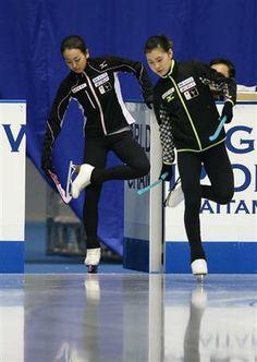 リンクに入る浅田真央(左)と村上佳菜子=さいたまスーパーアリーナ・練習リンク(撮影・古厩正樹)