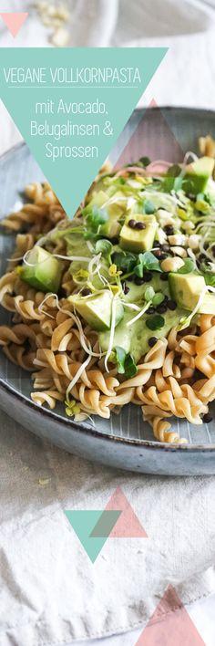 Rezept für Vollkorn-Nudeln mit veganem Avocado-Pesto, Belugalinsen und Sprossen - schnell, gesund, ballaststoffreich