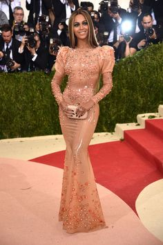 2016 Met Gala: Beyonce works it in a cream latex Givenchy dress with intricate bead work and puffy shoulders. Get in formation, ladies because Beyonce is flawless! Red Carpet Dresses 2016, Gala Dresses, Nice Dresses, Formal Dresses, Celebrity Red Carpet, Celebrity Look, Celebrity Dresses, Givenchy, Beyonce Vestidos
