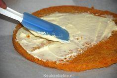 Deze van oorsprong Amerikaanse carrot cake smaakt absoluut verrukkelijk en gek genoeg helemaal niet naar wortel. De combinatie van het zoete cakebeslagen de roomkaas maken deze taart onweerstaanbaar lekker! Ik maakte deze carrot cake speciaal voor Pakjesavond en dat pakte nog eens goed uit. Hoewel de originele carrot cake uit een enkele laag cakebeslag bestaat…