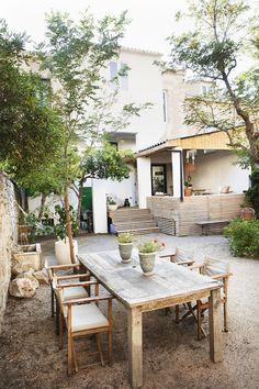 Parvekkeelta näkyy Välimeri. Suomalainen Riia Bernard-Paulin asuu perheineen Marseillessa ja pyörittää omaa suuryritystä.
