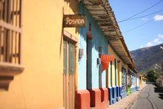 El pueblo de Mucuchíes en Mérida, es una población típica del páramo de calles rectas y algunas casonas coloniales de tapia con viejos tejados y puertas de madera.Tiene una altitud de 2.893 metros sobre el nivel del mar y goza de una temperatura promedio de 11 °C.