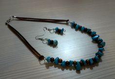Juego de collar y aretes en cuero, cerámica, níquel y madera