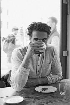 Man drinkng coffe in a café // black and white photography Der Gentleman, Gentleman Style, Men Coffee, Coffee Shop, Coffee Hair, Moda Blog, Coffee Break, Morning Coffee, Coffee Time