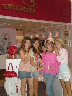 Las divinas en el mall con patito Disney Channel, Newborn Shoot, Cheer Skirts, Childhood, Photo Wall, Wallpapers, Fashion, Disney Designs, Face Beauty