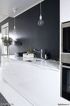 Muuto Pendant Lamp fit in every room of your house, from hallway to kitchen. This iconic lamp, designed by Mattias Ståhlbom for Muuto, adds a modernized sentiment to Scandinavian lighting design. Black Kitchens, Home Kitchens, Kitchen White, Voxtorp Ikea, Kitchen Interior, Kitchen Decor, Scandinavian Kitchen, Scandinavian Lighting, Ideas Hogar