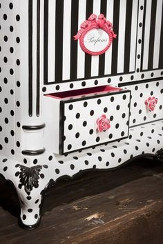 vida para muebles clásicos · Antique furniture with a twist Vintage dresser painted in cute and silly black, white and pink.Vintage dresser painted in cute and silly black, white and pink. Whimsical Painted Furniture, Painted Chairs, Hand Painted Furniture, Funky Furniture, Refurbished Furniture, Paint Furniture, Repurposed Furniture, Furniture Projects, Furniture Makeover