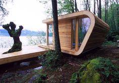 Noors houten huisje aan een meer.