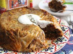 Sarma yapmaya zamanı olmayanlar için kolay bir tarifimiz var. Pasta gibi görünümüyle de herkesin gönlünü kazanacak:) Kolay Lahana Dolması...