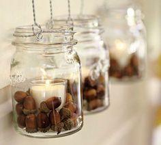 des pots de confiture remplis de glands et bougies