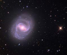 Los objetos Messier: M91 (Messier 91) es una galaxia espiral barrada (como la Vía Láctea), ubicada en la constelación de Coma Berenices. Está a 63 millones de años-luz y destaca por tener un ritmo de formación de estrellas bastante bajo en comparación a lo habitual en las galaxias espirales (muy activas en formación de astros). #astronomia #ciencia