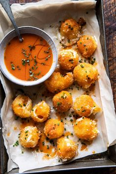 Fried Buffalo Goat Cheese Balls, soft, creamy goat cheese, rolled in Panko bread crumbs, and lightly pan fried Golden and crisp on the outside and extra soft and melty in the center Drizzle with spicy homemade buffalo sauce for a truly delicious ap - p Yummy Appetizers, Appetizer Recipes, Appetizers Superbowl, Dinner Recipes, Fall Recipes, Tapas Recipes, Lasagna Recipes, Corn Recipes, Broccoli Recipes