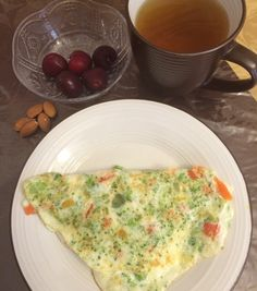 Provechito : Omelet, dos claras de huevo con vegetales y pimientos, te verde con gengibre, cherries y 5 almendras