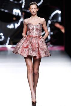 Maya Hansen Madrid Otoño Invierno 2017-2018 - Pasarelas | Vogue España Strapless Dress, Prom Dresses, Formal Dresses, Backstage, Maya, Winter, Street Wear, Runway, Chic