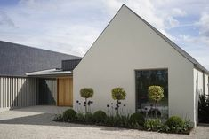 New build house in Co. Carlow, completed The H plan form, making two open courtyards, maximises light and views while placing the double height hallway at the heart of the house. The form of buildings echoes low eaved and grounded. Modern Barn, Modern Farmhouse, Modern Exterior, Exterior Design, Exterior Tradicional, Rural House, New Builds, Building A House, Build House