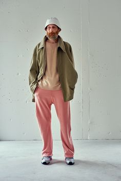 Why not try teaming an olive raincoat with pink sweatpants? As well as super practical, both of these pieces look good married together. To give your overall outfit a more laid-back spin, why not complete your look with a pair of grey athletic shoes? Pink Outfits, Trendy Outfits, Business Casual Men, Men Casual, Masculine Style, Winter Outfits Men, Minimal Fashion, Good Looking Men, Men Dress
