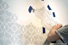 Pintar paredes con plantillas