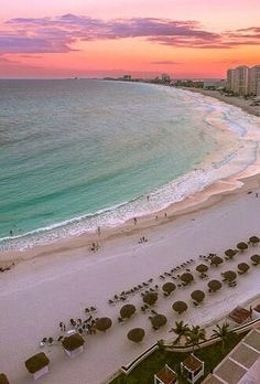 Precioso atardecer en el horizonte de Cancún en México.