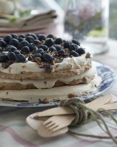 Frossen fragilité er en skøn dessert med masser af smag af kaffe og chokolade. Servér den til en god kop kaffe, og vi lover, at dine gæster går veltilfredse fra bordet!