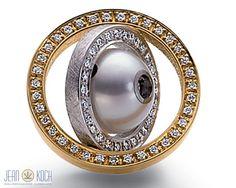 Aus der Kollektion von Jörg Heinz. Wechselschließe mit einem beweglichen doppelten Brillant-Rahmen. in 750/- Gelbgold mit 750/- Weißgold, in der Mitte befindet sich eine Perle. Insgesamt 60 Brillanten, geben dieser Schließe einen besonderen Glanz.