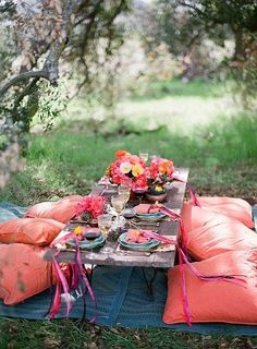 Okay, not sure why, but I really want to go on a picnic right now! :) Bohemian picnic party - Invite some friends over and have a picnic party in your own backyard. Set-up a table and throw down some pillows to arrange for comfortable seating for guests. Outdoor Dining, Outdoor Spaces, Outdoor Seating, Floor Seating, Seating Areas, Outdoor Tables, Picnic Tables, Garden Seating, Dining Table