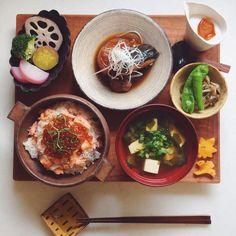 いいね!1,925件、コメント35件 ― akoさん(@a50a)のInstagramアカウント: 「Today's brunch. . おそようございます 今日は朝昼兼用ごはん 昨日の残りのぶり大根に なんちゃってはらこ飯 蒸し野菜は合志さんの豆皿に入ってるオリーブオイルと塩で .…」 Japanese Dishes, Japanese Food, Healthy Snacks, Healthy Recipes, Healthy Dishes, Tasty, Yummy Food, Cute Food, Korean Food