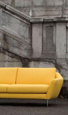 Sofa Agda   Mit dieser Couch in fröhlichem Gelb sorgst du täglich für gute Laune in deinem Zuhause - ein gelungener Mix aus elegantem Design, kräftiger Farbe & scharfen Kurven. #MoebelLETZ