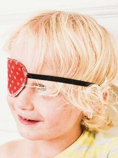 Kostenlose Nähanleitung: Piraten-Augenklappe aus Stoffresten nähen / free sewing tutorial: eyepatch for pirates via DaWanda.com