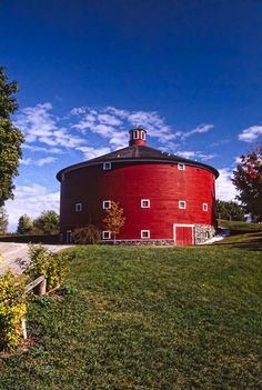 The iconic Round Barn located at the Shelburne Museum. Shelburne Museum, Shelburne Vermont, American Barn, Country Barns, Country Life, Country Roads, Barn Pictures, Barns Sheds, Farm Barn
