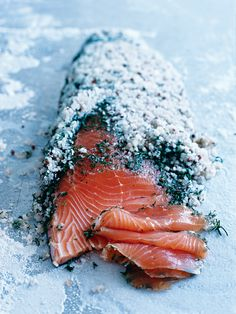 salmón curado con sal -Donna Hay- dill and salt-cured salmon - this will pretty much just be eaten by my dad and I - ok mostly me. Salmon Recipes, Fish Recipes, Seafood Recipes, Cooking Recipes, Salmon Food, Raw Salmon, Salmon Skin, Cured Salmon Recipe, Organic Salmon