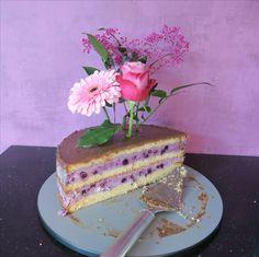 Torte mit echten Blumen dekoriert