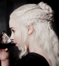- Winds of Winter - 610 00002 - Adoring Emilia Clarke - The Photo Gallery Elven Hairstyles, Wedding Hairstyles, Danyeres Targaryen, Game Of Trone, Emilia Clarke Daenerys Targaryen, Game Of Thrones Costumes, Mother Of Dragons, Badass Women, Comic