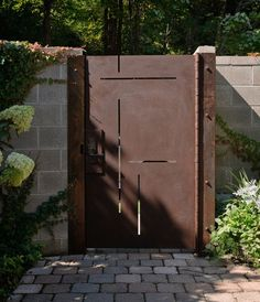 Custom made corten steel entry gate is laser cut to mimic the inlays in the walnut entry door. Phot: Aaron Leitz - maybe real Cortez steel gate to give the impression that the entrance is the same. Tor Design, Fence Design, Front Gates, Entrance Gates, Side Gates, Entrance Ideas, Garden Doors, Garden Gates, Metal Garden Screens