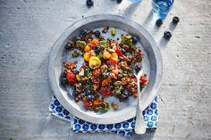 Linzensalade met tomaat en blauwe bes - Recept - Allerhande