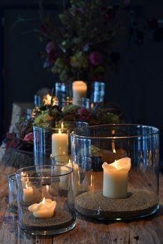 In einer Glasvase brennt eine Kerze geschützt und man kann sie toll dekorieren. Hier wurden verschiedene Vasen mit Sand gefüllt. #homestory #home #interior #accessoires #candles #romantic #decoration