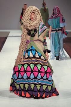 Robe issue de l'incroyable collection de KATIE JONES, diplômée de l'Ecole Central Saint Martin à Londres en 2011. Elle utilise toutes les techniques des arts de la laine et du fil, le crochet, le tricot, la broderie. S'inspirant de la culture des indiens d'Amérique, elle propose des robes tipi et des mélanges de couleurs impressionnants insérées dans des formes géométriques.