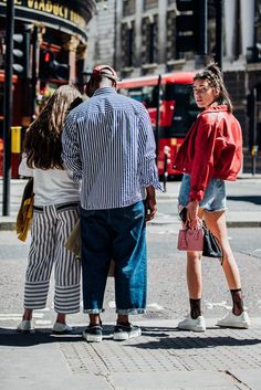 See the best men's street style looks captured by Jonathan Daniel Pryce at Spring/Summer 2018 Fashion Week in London. Women's Dresses, Fashion Dresses, Dresses Online, Fashion Week Hommes, London Fashion Week Mens, Style Casual, Fashion Couple, Urban Fashion, Winter Fashion