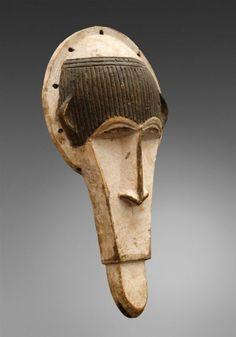 AN IBO ZOOMORPHIC MASK - Of elongated form, the blackened forehead with[...], Auction est la plateforme de vente aux enchères d'objets d'art de référence. | Auction.fr