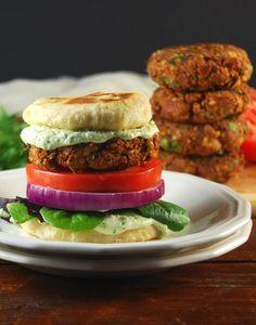 Tandoori Naan Burger mit Koriander Raita • Holy Cow! Vegane Rezepte Vegan Nahrung Blog mit 700+ Rezepte, viele glutenfreie und vegane Rezepte indische. Vegetarisch, eggless, Molkerei-frei, gesunde Snacks und Mahlzeiten von Grund auf neu.