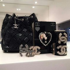 Find images and videos about black, chanel and accessories on We Heart It - the app to get lost in what you love. Coco Chanel, Chanel Bags, Chanel Pearls, Fashion Handbags, Tote Handbags, My Bags, Purses And Bags, Handbag Accessories, Fashion Accessories
