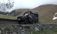 Участник экспедиции Грузия-2015, позирует на фоне своего LR Defender 110. Казбеги, Грузия, май 2015 года